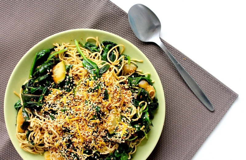 Recept sesamnoedels met courgette en spinazie