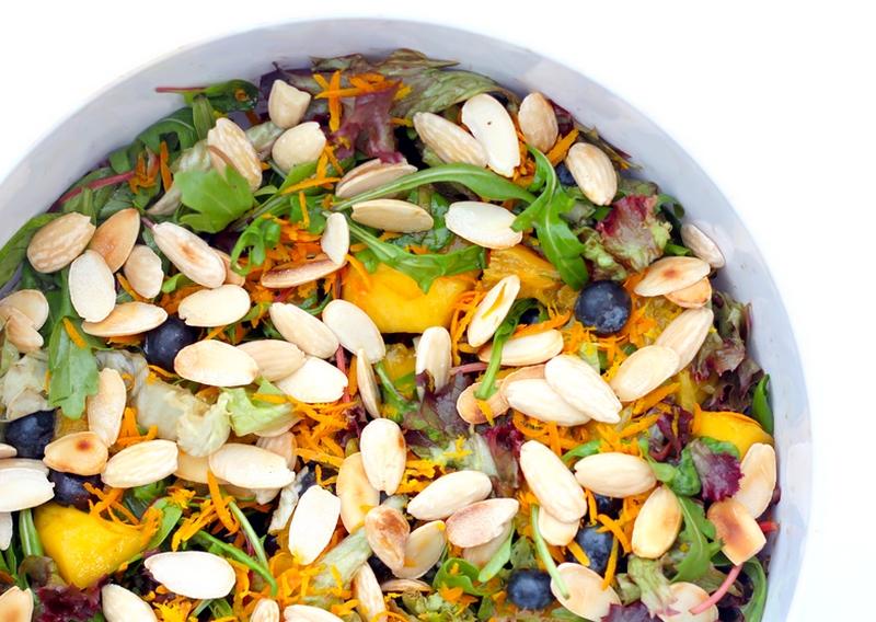 Recept salade met mango, blauwe bessen en amandelen