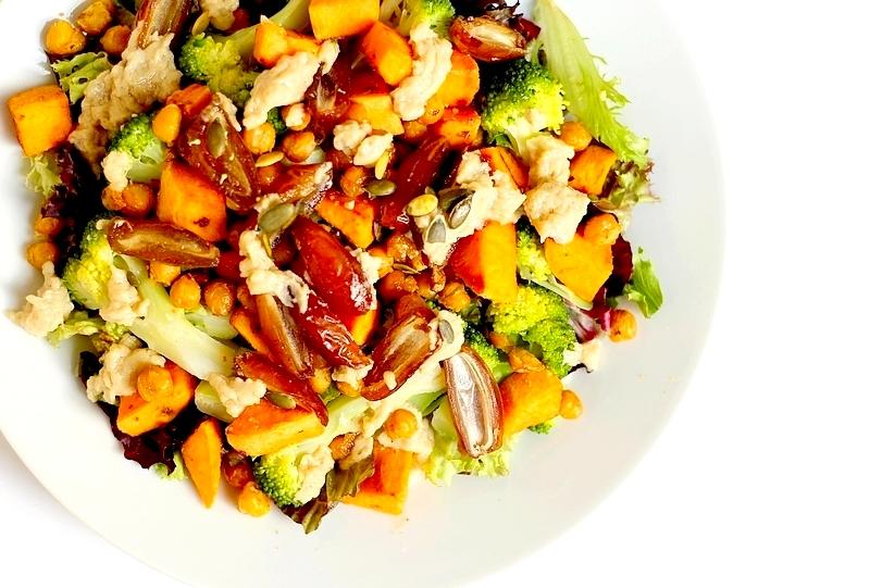 Recept salade van broccoli, zoete aardappel en tahindressing