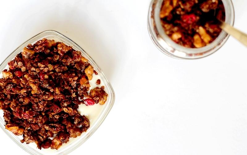 Recept chocoladegranola met rode besjes en walnoten