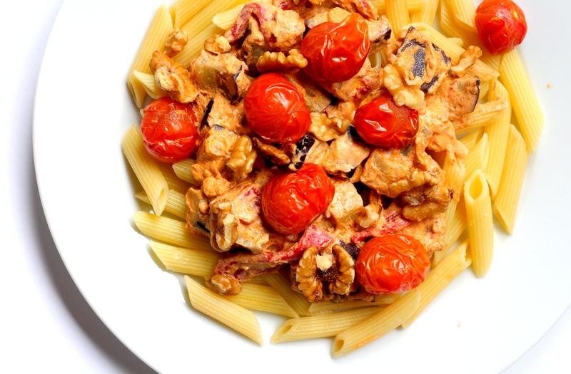 Recept vegan penne met rode pestoroomsaus en geroosterde tomaat