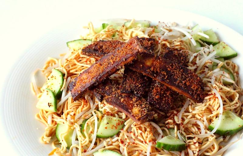 Recept vegan noedelsalade met krokante tofureepjes