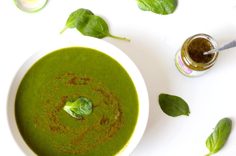 Recept vegan spinazie-courgettesoep met pesto