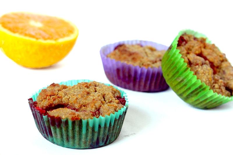 Recept vegan ontbijtmuffins met sinaasappel en rode vruchten