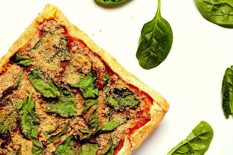 Recept vegan kruidige plaattaart met tomaat en spinazie