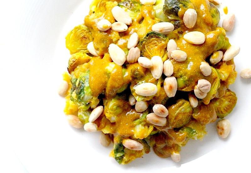 Recept vegan kerriestamppot met geroosterde spruitjes en amandelen