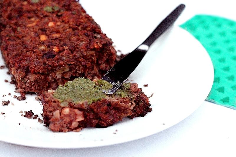 Kerstrecept vegan linzenloaf met champignons en walnootpesto