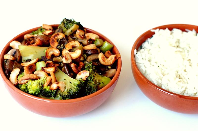 Recept vegan gewokte groenten met rijst en cashewnoten
