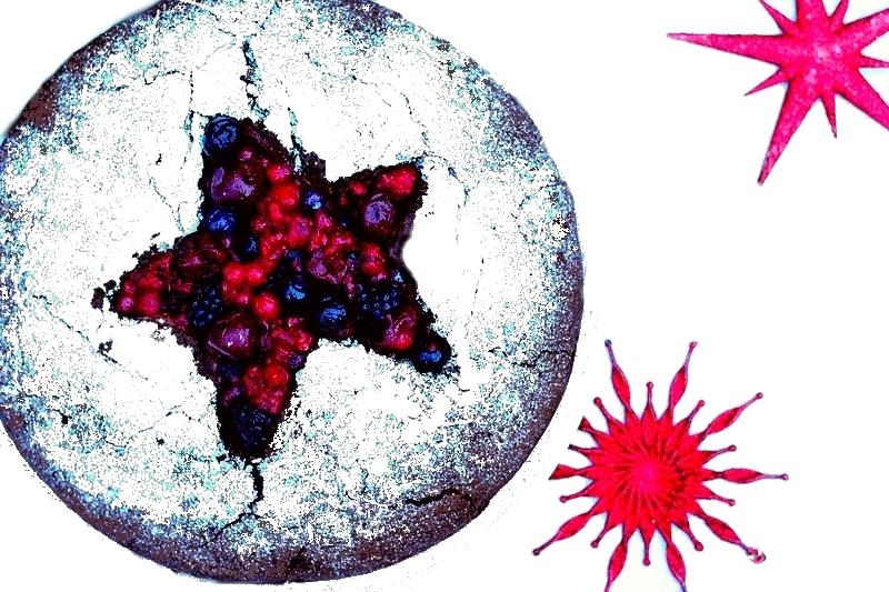 Kerstrecept vegan chocoladetaart met chocolademousse en rode vruchten nagerecht