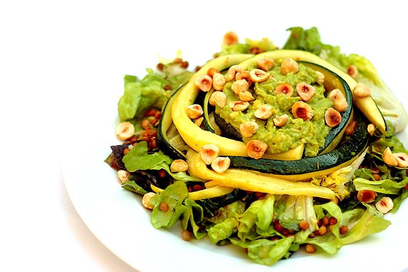 Recept vegan linzensalade met courgette guacamole hazelnoten